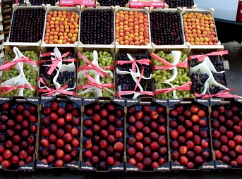 Photo: Fruit crates at the hypermarket of Stuttgart, Germany.