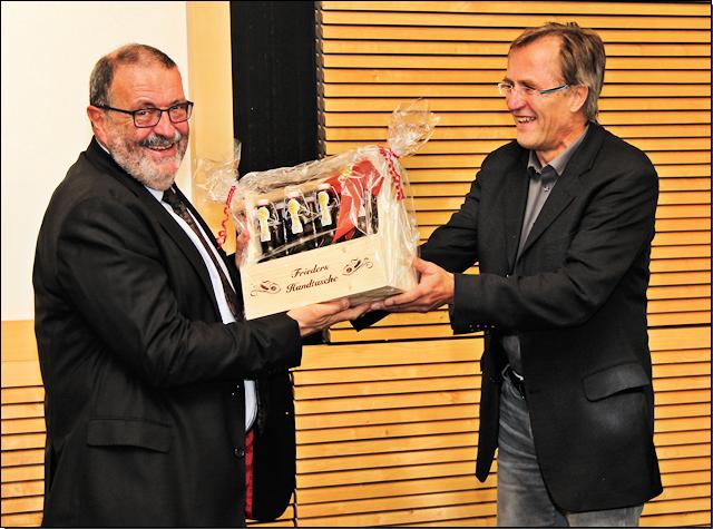 """Frieder Grundhöfer (links) erhält von Erich Klein, dem Vertreter der Amtsleiter Baden-Württembergs (ALUA), zum Abschied ein """"Handtäschle"""""""