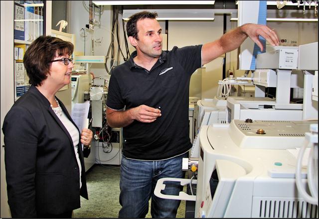 Frau Ministerialdirektorin Grit Puchan im Bild mit Dr. Alexander Schächtele, Laborleiter EURL Dioxine