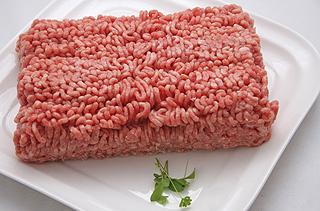 Foto: Eine Portion Hackfleisch auf einer weißen Porzellanplatte; Bildquelle: Fotolia.de.