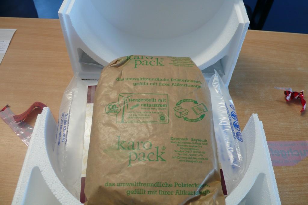 Dieses Bild zeigt ebenfalls eine Torte mit Verpackungsmaterial.