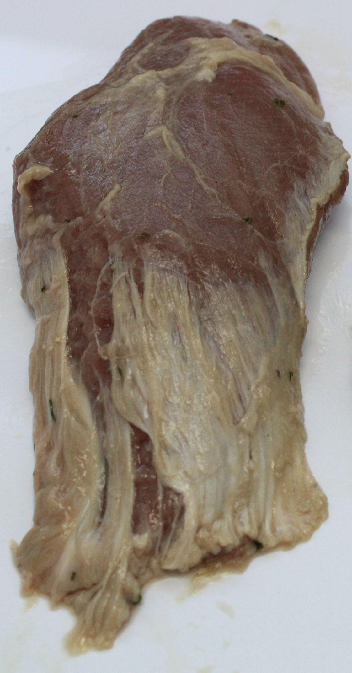 Das Foto zeigt ein Fleischstück vom Lamm, das als Steak bezeichnet wurde, aber die Qualität für diese Bezeichnung nicht aufwies: rundlich geformtes Fleischstück ohne Scheibencharakter, Muskelfaser längs statt quer zum Fleischstück verlaufend und reichlich Sehnen.