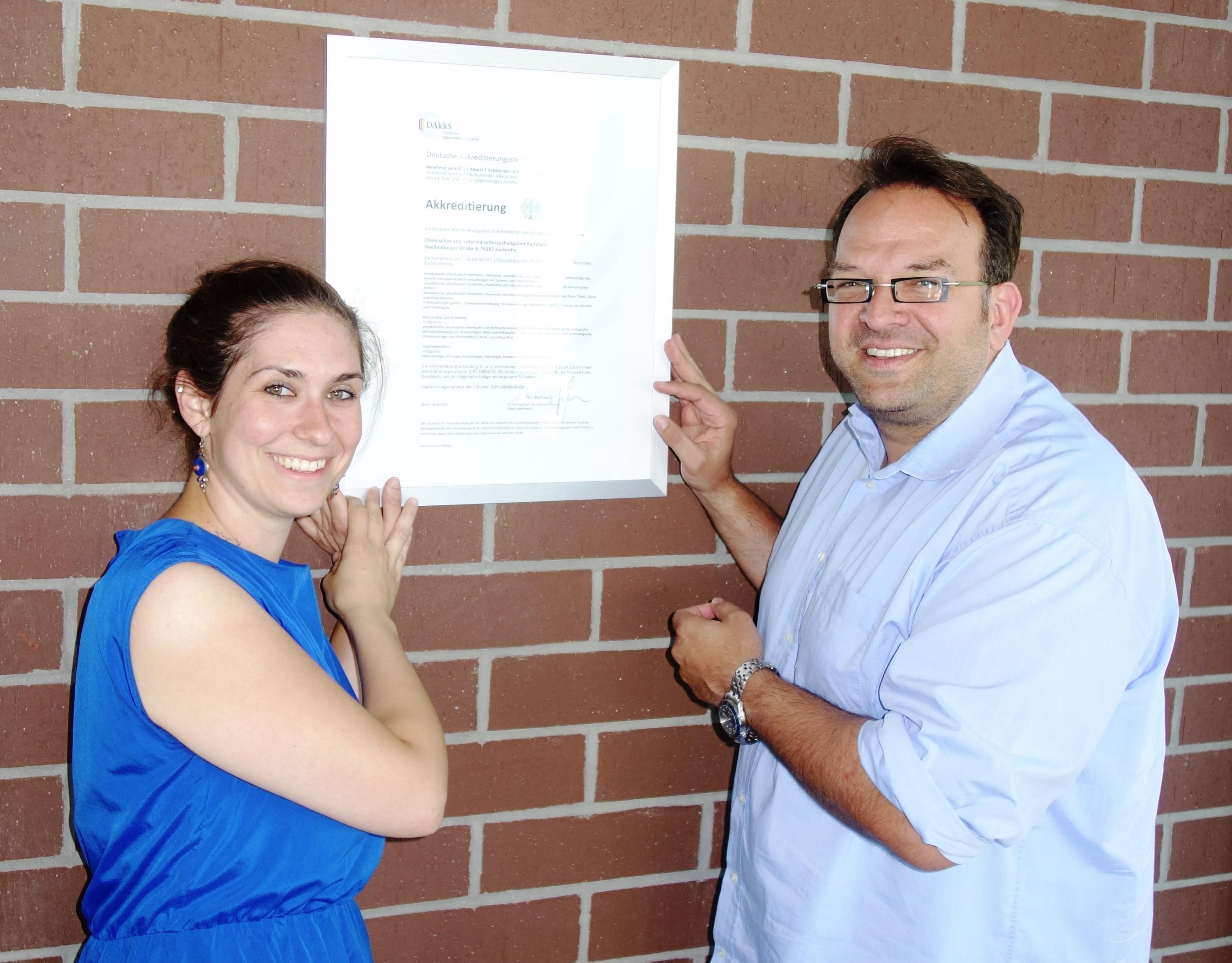 Qualitätsmanagementbeauftragte Frau Dr. Lennermann und Dienstellenleiter Herr Walch mit aktueller Akkreditierungsurkunde.