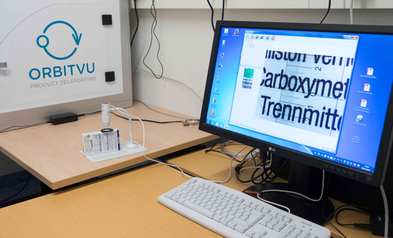 Aufbau des Systems bestehend aus Digitalmikroskop, Messskala aufgelegt auf zu messendes Objekt und Computersystem zur Dokumentation