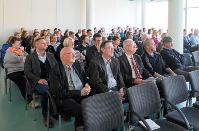 Ein interessiertes Publikum lauscht den Vorträgen