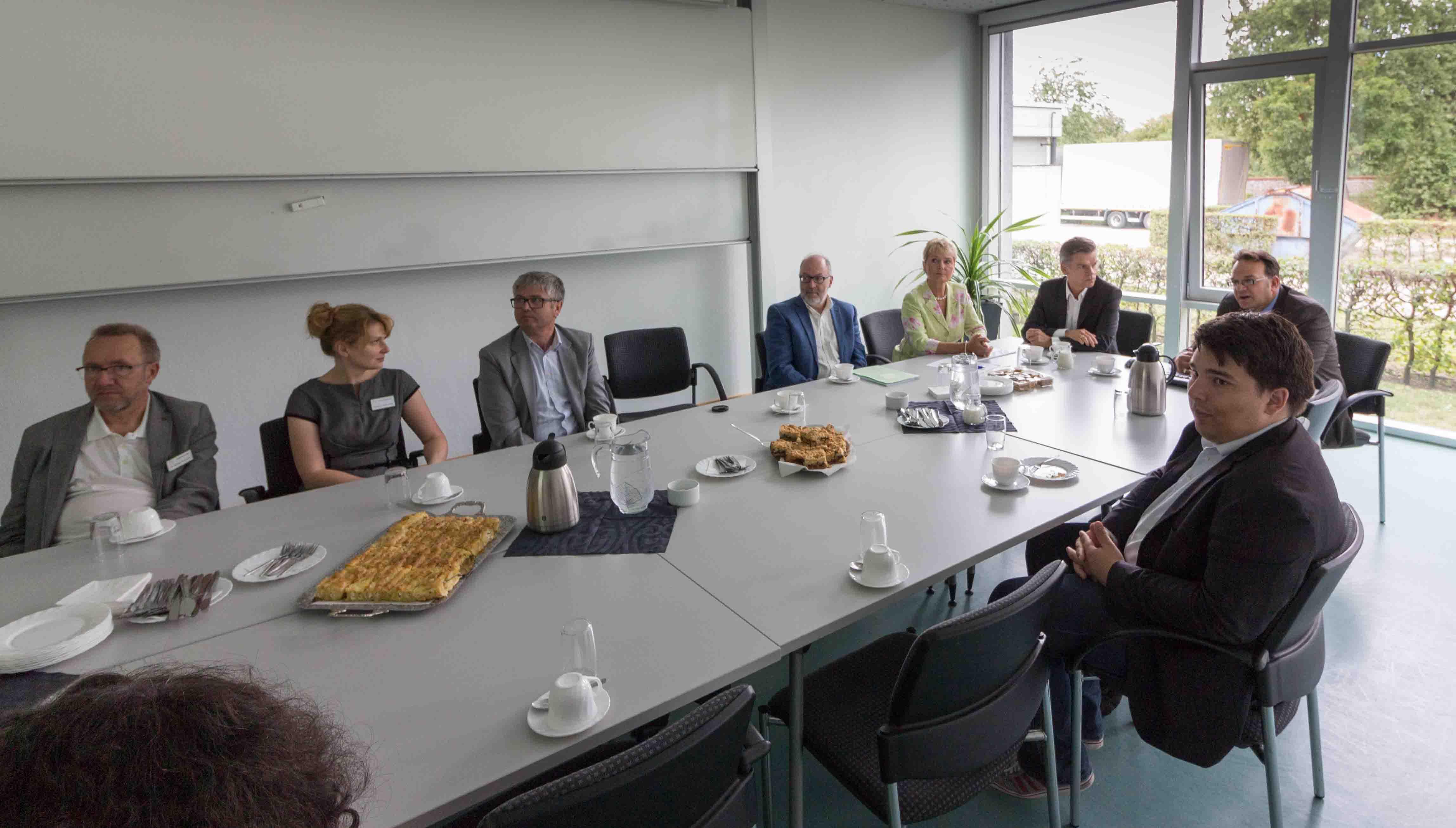Frau Staatssekretärin Friedlinde Gurr-Hirsch im Gespräch mit Herrn Stephan Walch, dem Amtsleiter des CVUA Karlsruhe, sowie mit den begleitenden Abgeordneten und mit Mitarbeiterinnen und Mitarbeitern des CVUA. (Foto:CVUA Karlsruhe).
