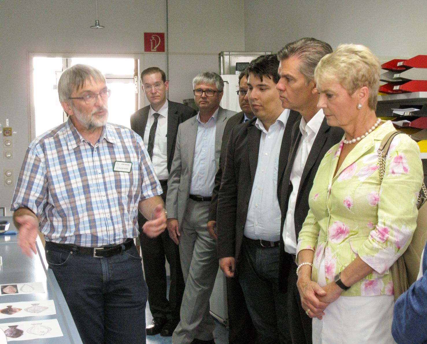 FrauStaatssekretärin Friedlinde Gurr-Hirsch im Gespräch mit Herrn Dr. Möllers (Fischlabor). (Foto:CVUA Karlsruhe).