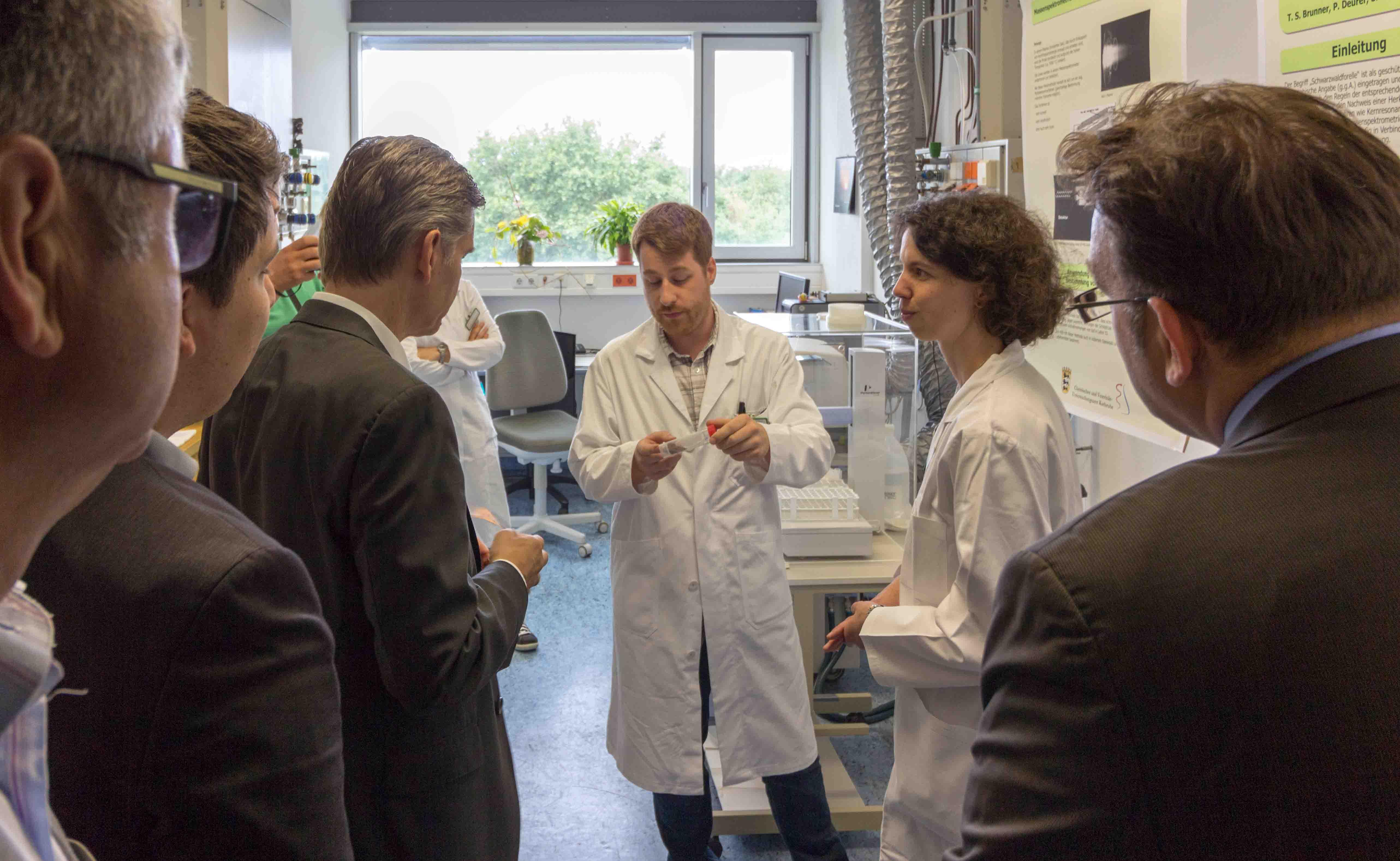 Frau Schöberl und Herr Dr. Brunner informieren im zentralen Messlabor über die Elementbestimmung von Forellen. (Foto: CVUAKarlsruhe).