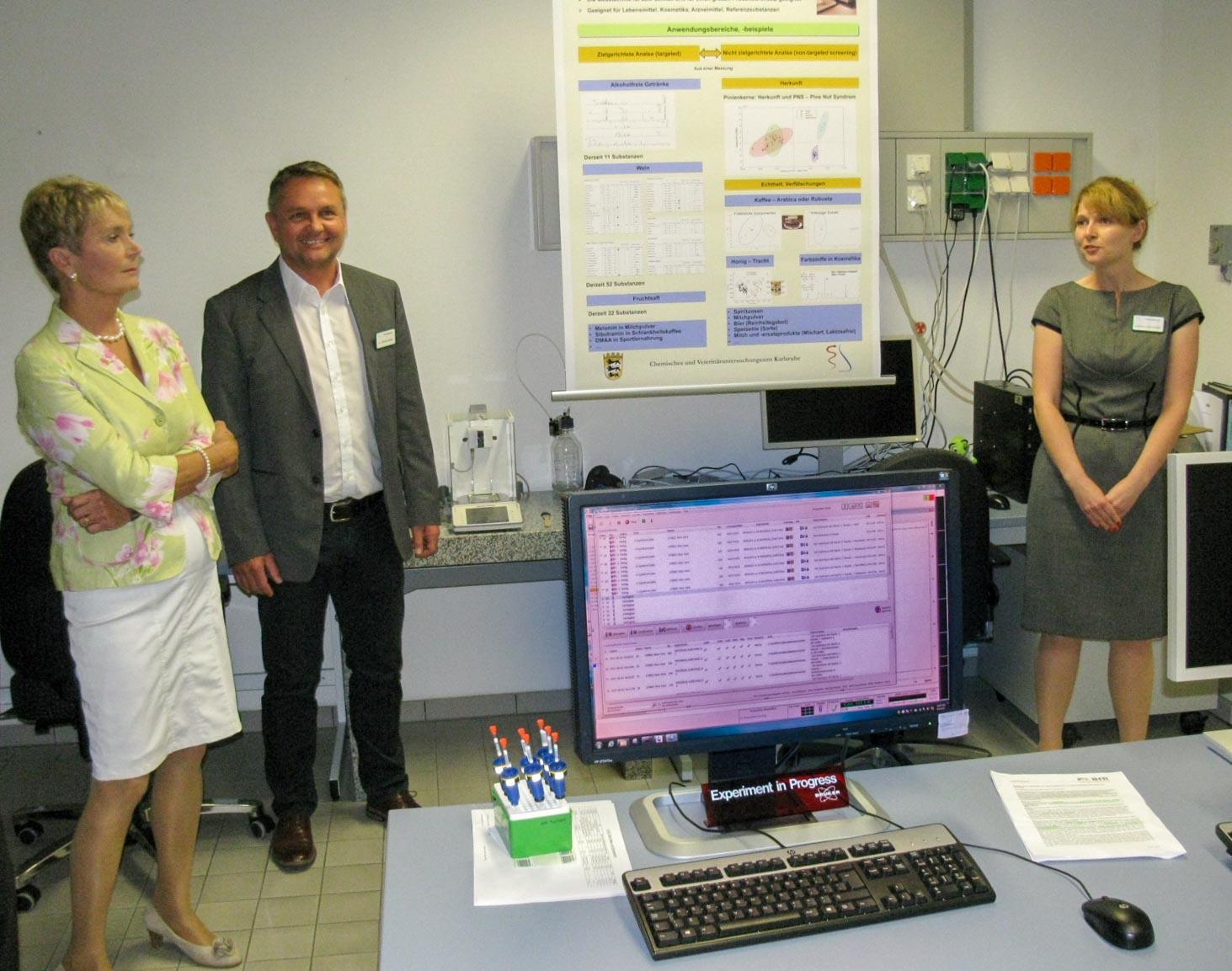 Frau Sommerfeld und Herr Dr. Kuballa stellen Frau Gurr-Hirsch die Echtheitsbestimmung von Spirituosen im NMR-Labor vor. (Foto: CVUA Karlsruhe).