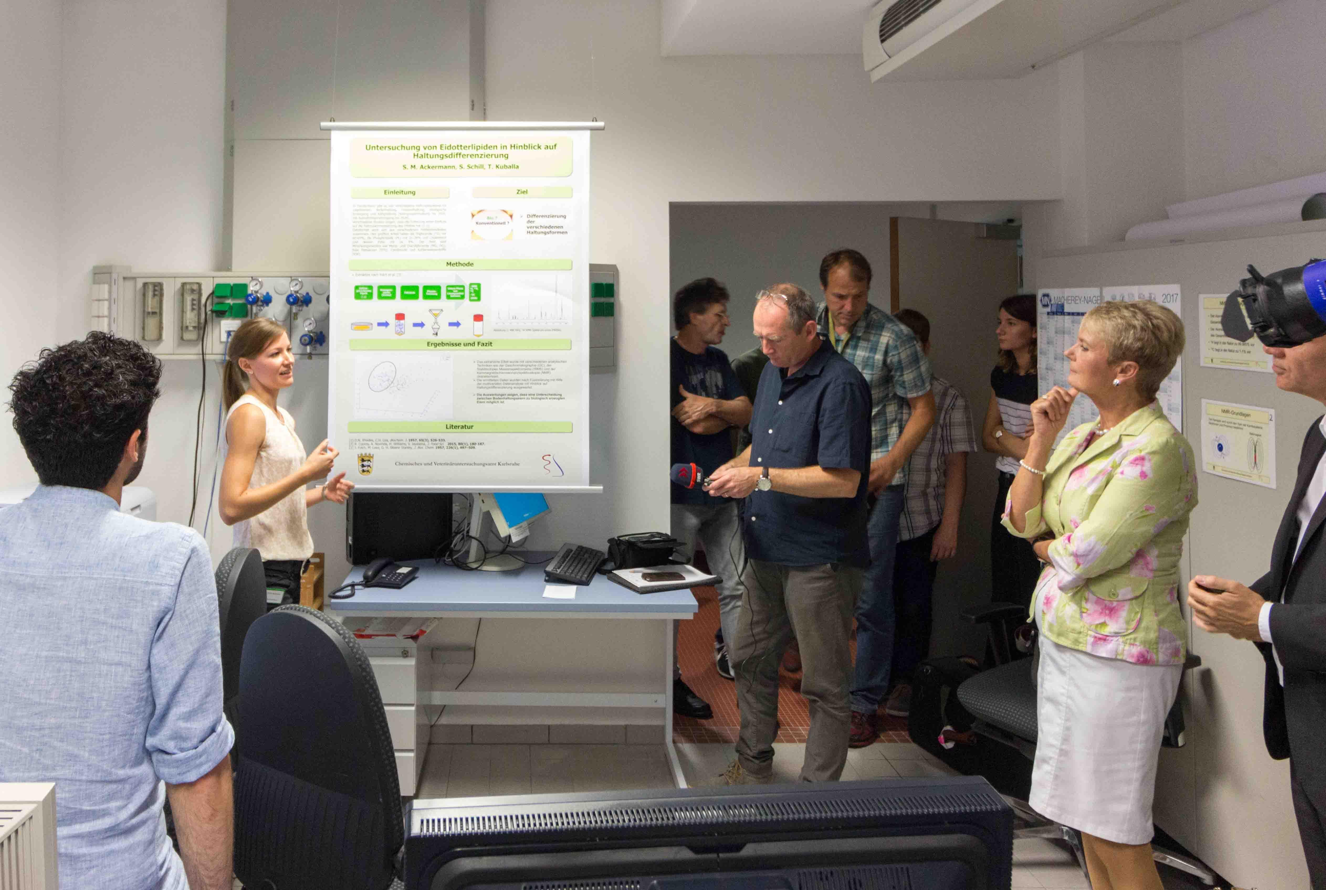Bild 4: Frau Ackermann stellt Frau Gurr-Hirsch und den Pressevertretern ihre Promotionsarbeit zur Unterscheidung des Haltungstyps von Eiern mittels NMR vor. (Foto: CVUA Karlsruhe).