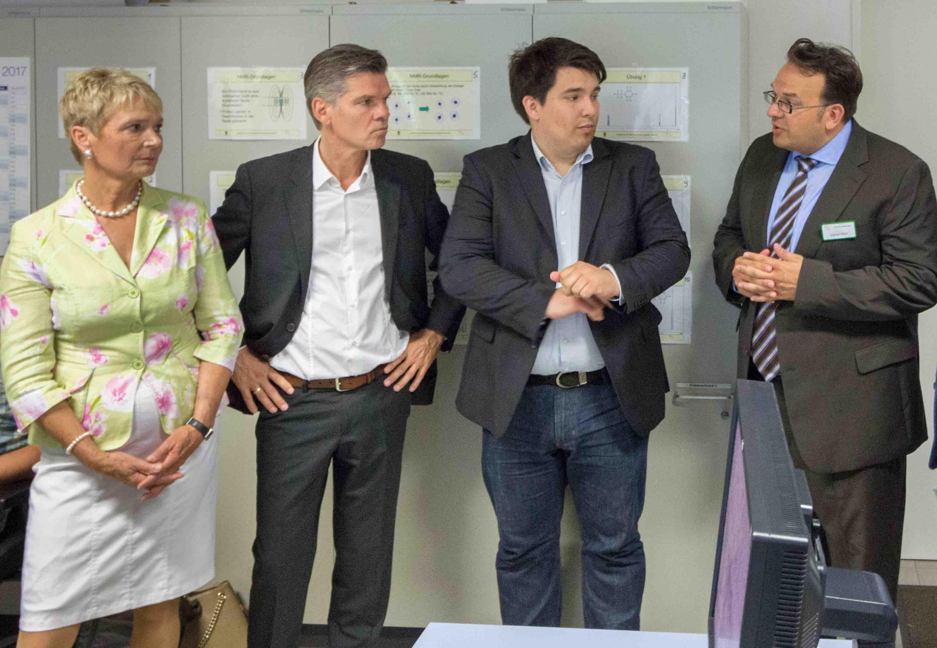Frau Staatssekretärin Gurr-Hirsch mit den Abgeordneten Wellenreuther, Salomon und dem Amtsleiter des CVUA Karlsruhe Herrn Walch (v.l.). (Foto:CVUAKarlsruhe).