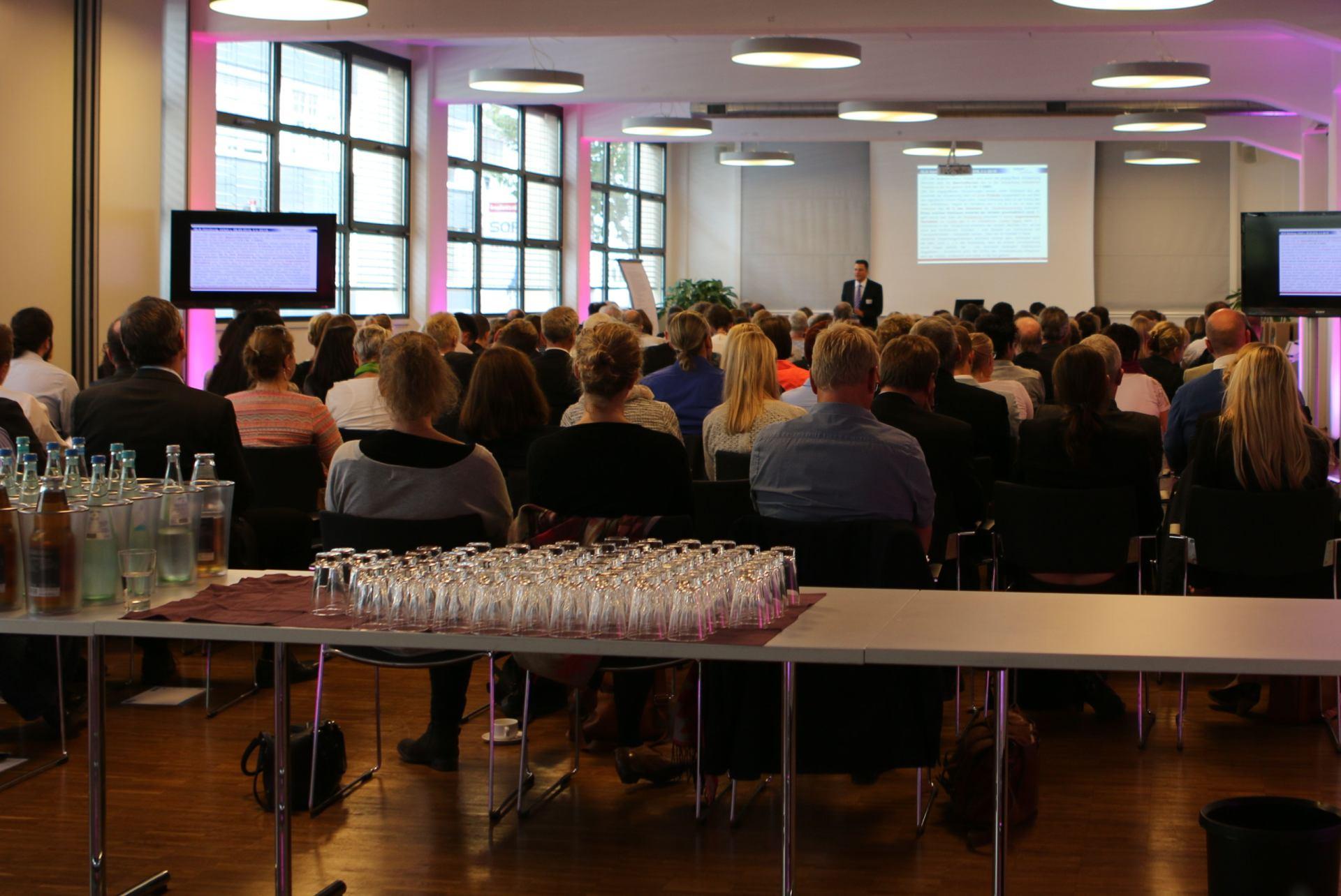 Vortragsaal mit aufmerksamen Zuhörern.