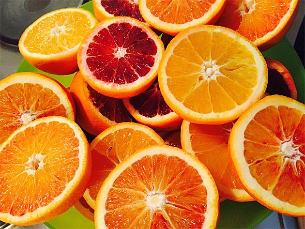 Abbildung 1: Blutorangen und gewöhnliche (blonde)Orangen (Bild: Aleksandar1980, Pixabay.)