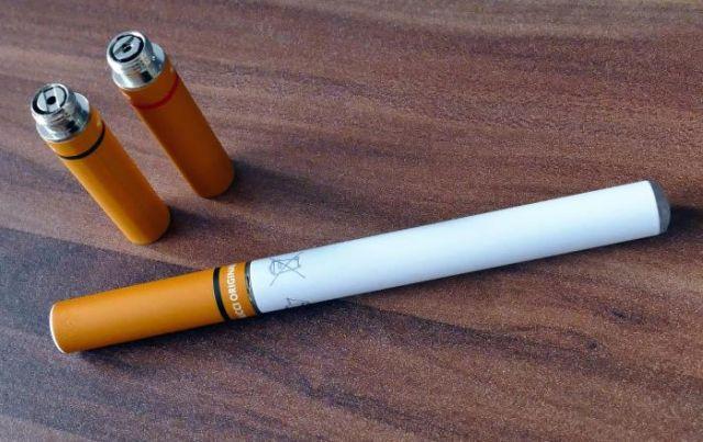 E-Zigaretten der ersten Generation(links)und der aktuellen generation (rechts)