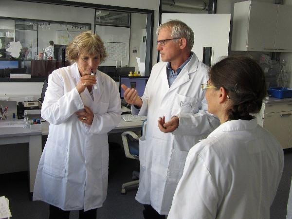 Frau Bogner-Unden MdL im Gespräch über Aromen mit Dr. Harald Hahn und Amtsleiterin Mirjam Zeiher